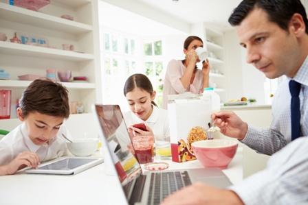 Família - refeição com o ecrã